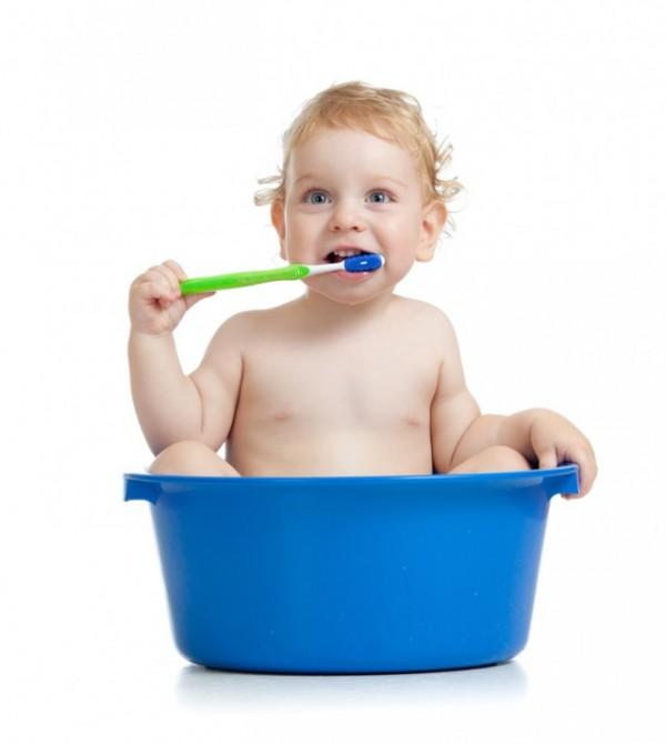 Bebe con cepillo de dientes